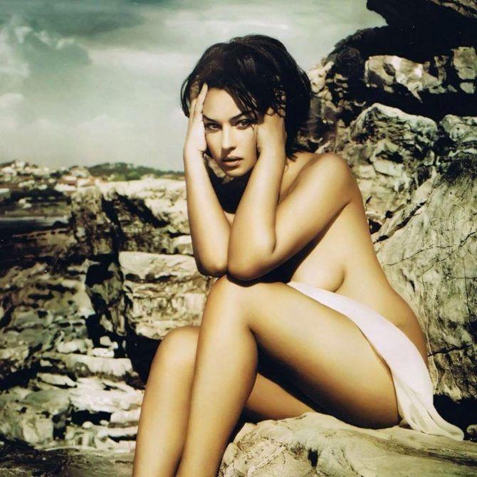 Моника Беллуччи фото на скале