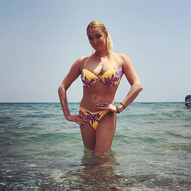 Анастасия Волочкова фото в купальнике в воде