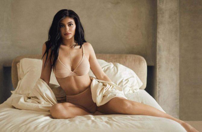 Кайли Дженнер фото в белье на постели