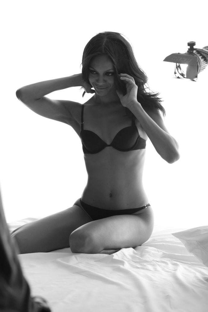 Зои Салдана фото на краю кровати
