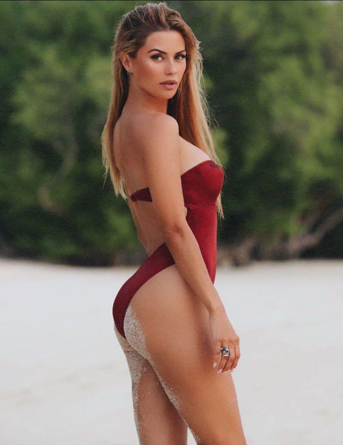 Виктория Боня фото в красном купальнике