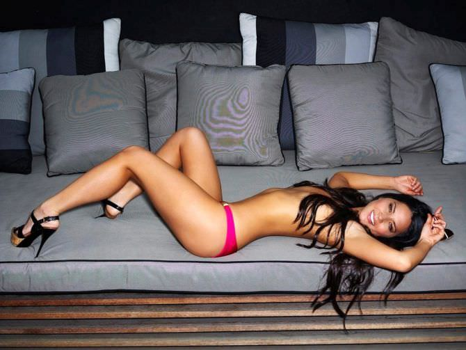 Оливия Манн фотография на диване