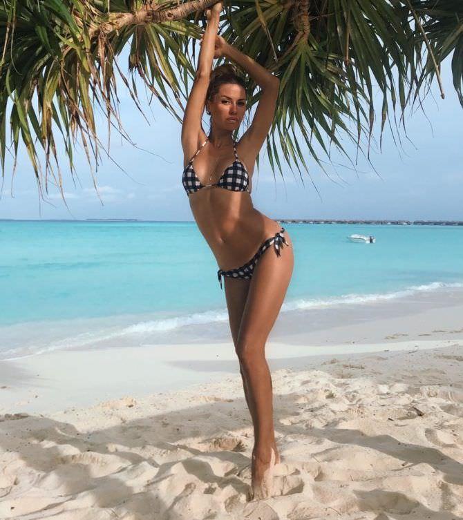 Виктория Боня фото под пальмой