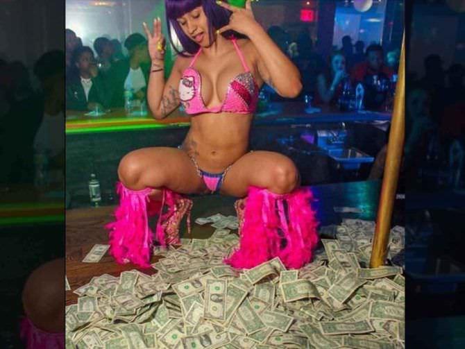 Карди Би фото с деньгами