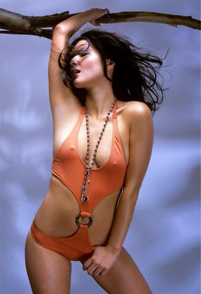 Оливия Манн фото в оранжевом купальнике