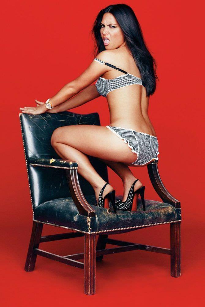 Оливия Манн фотография на стуле