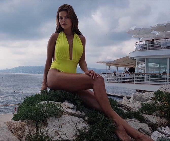 Виктория Боня фото в жёлтом купальнике