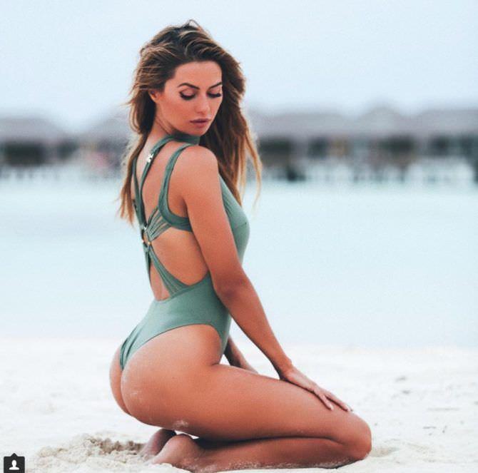 Виктория Боня фото в зелёном купальнике