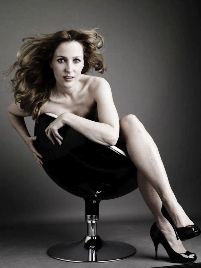 Джиллиан Андерсон фото в кресле