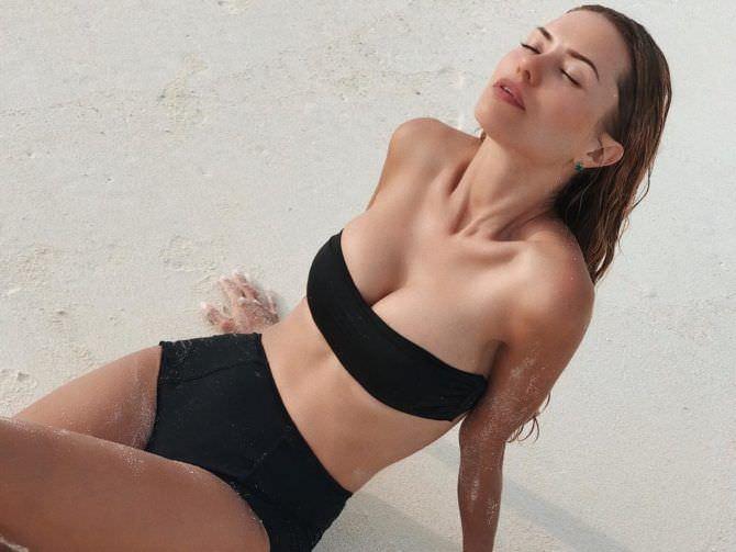 Виктория Боня фото в чёрном купальнике