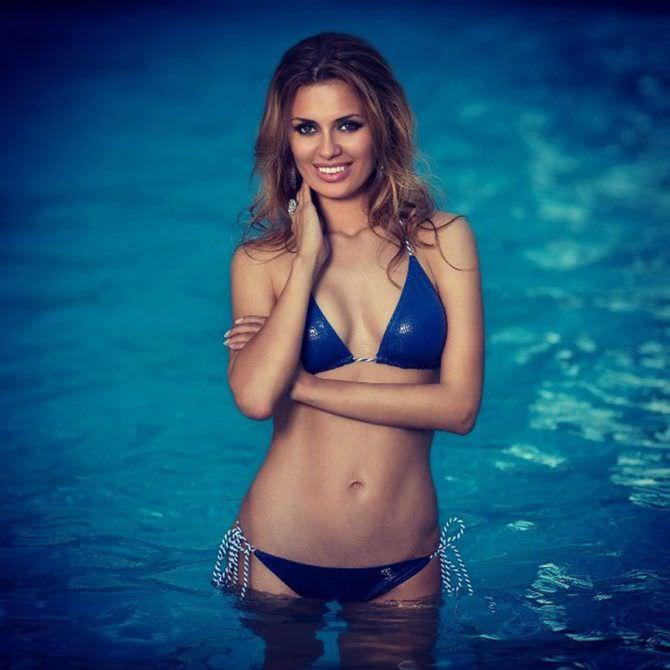 Виктория Боня фото в синем купальнике