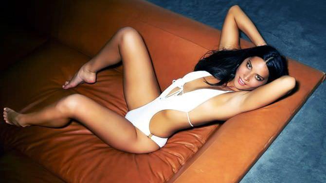 Оливия Манн фото в белом купальнике