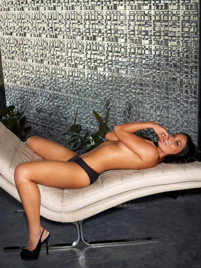 Оливия Манн фото на кушетке