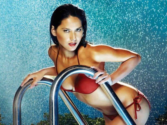 Оливия Манн фото в красном купальнике