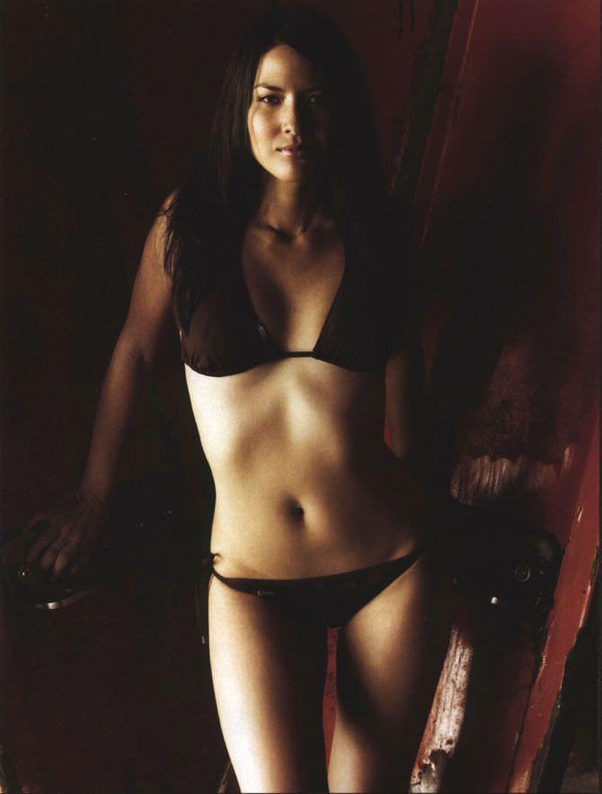 Оливия Манн фото в чёрном купальнике