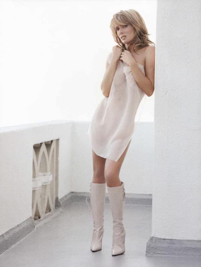 Розанна Аркетт фото в белых сапогах
