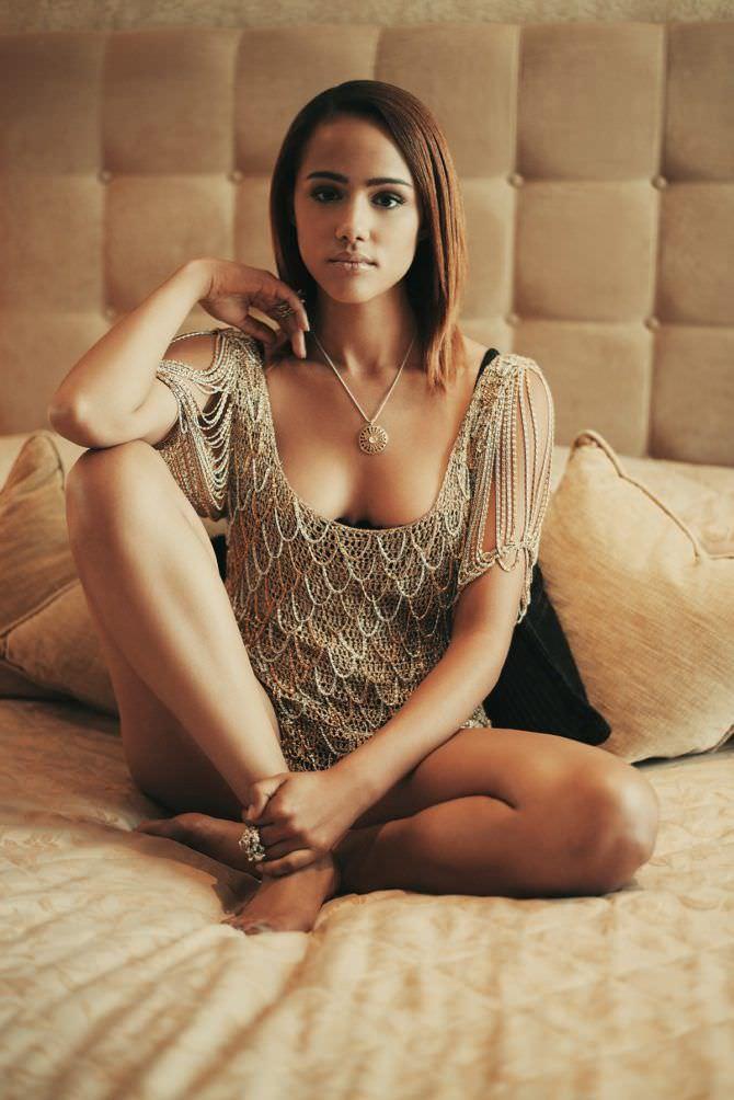 Натали Эммануэль фото в ажурной блузке