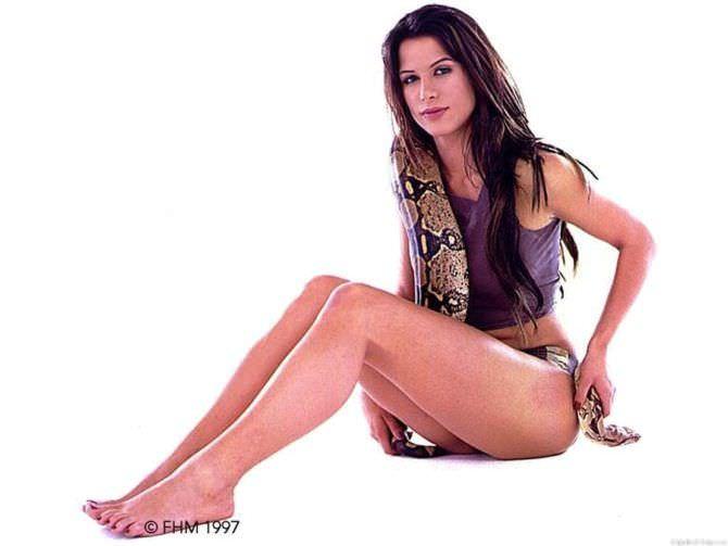 Рона Митра фото со змеёй в FHM