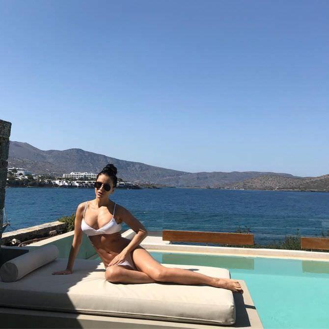 Ани Лорак фото в купальнике на пляже