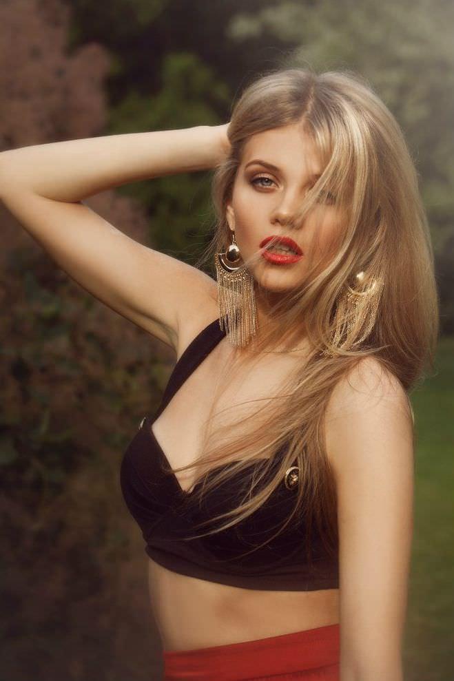 Мария Ивакова фотография с красными губами
