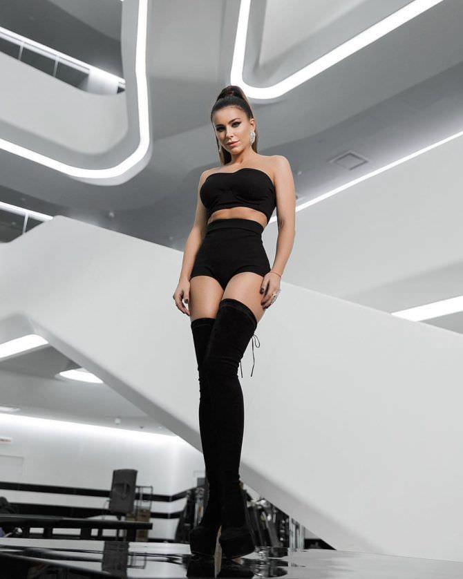 Ани Лорак фото в чёрном костюме