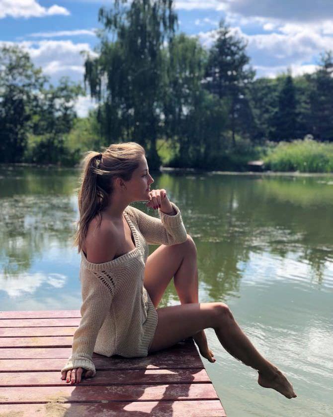 Анна Михайловская фото в свитере