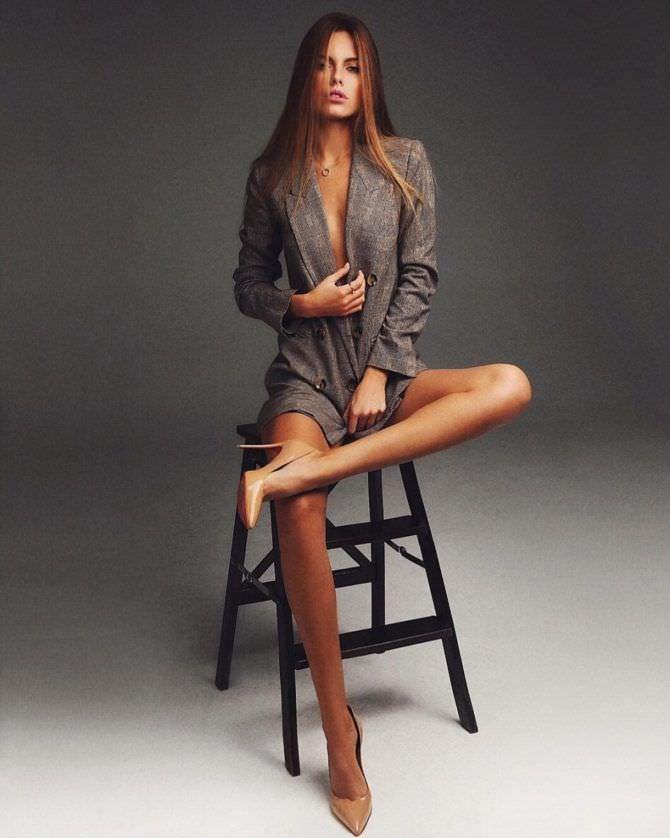 Дарья Клюкина фото на стуле