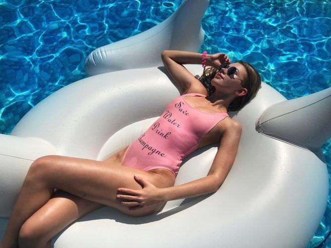 Анастасия Уколова фото в бассейне