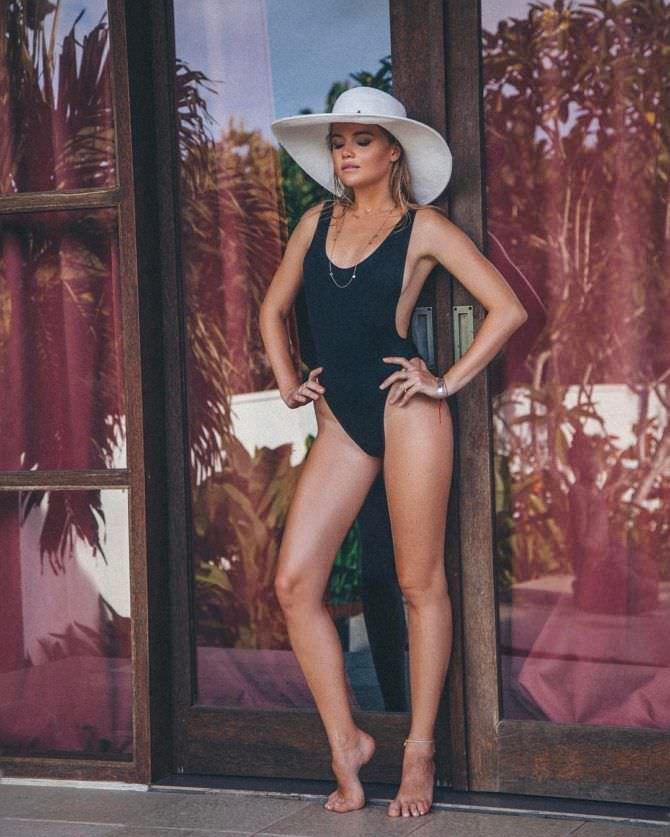 Мария Ивакова фото в белой шляпе