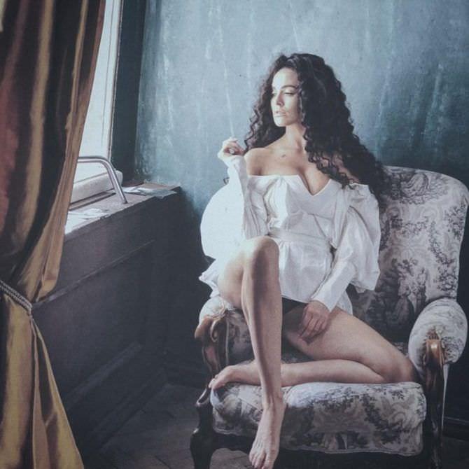 Даша Астафьева фото на кресле