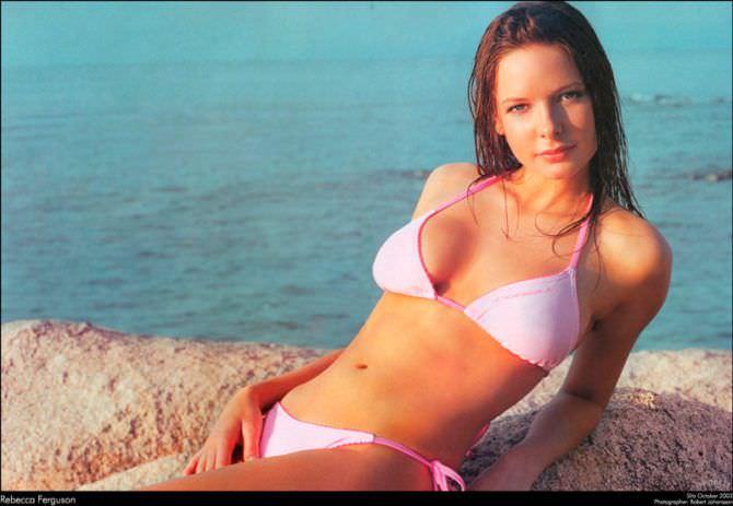 Ребекка Фергюсон фото в розовом купальнике