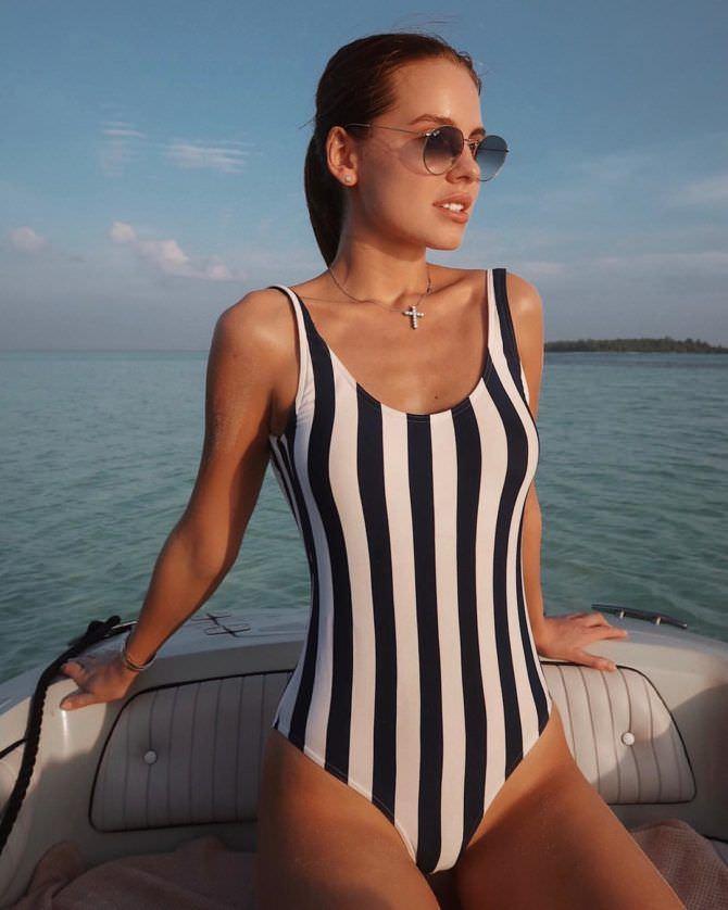 Дарья Клюкина фото в полосатом купальнике