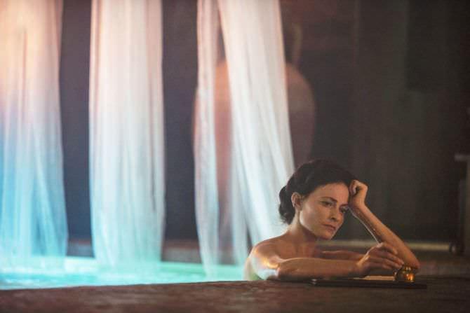 Лара Пулвер фото в бассейне
