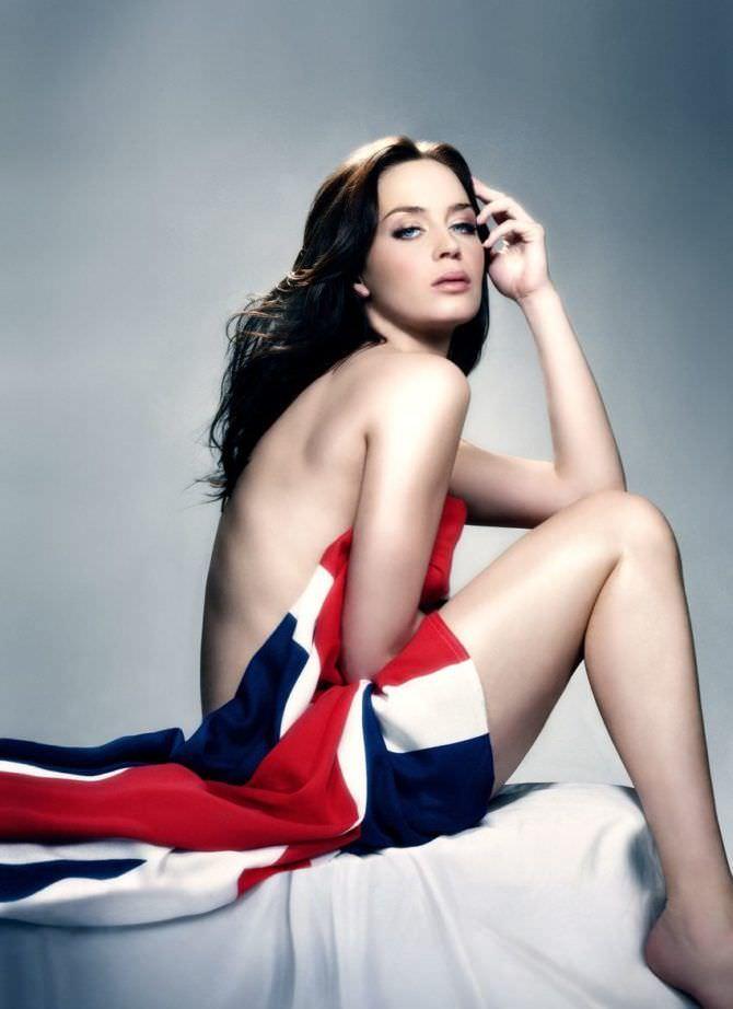 Эмили Блант фото с флагом