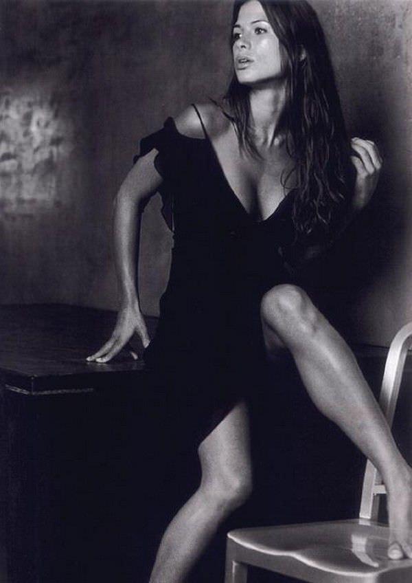 Рона Митра фото в чёрном платье