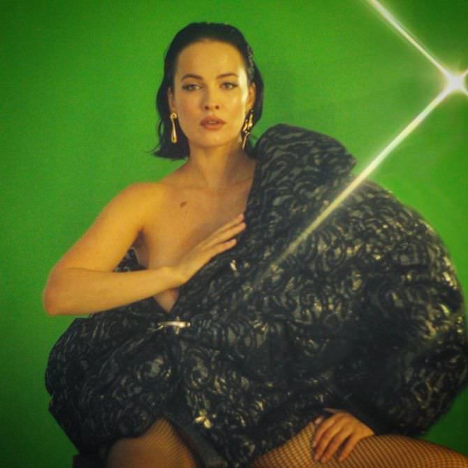 Даша Астафьева фото на зелёном фоне