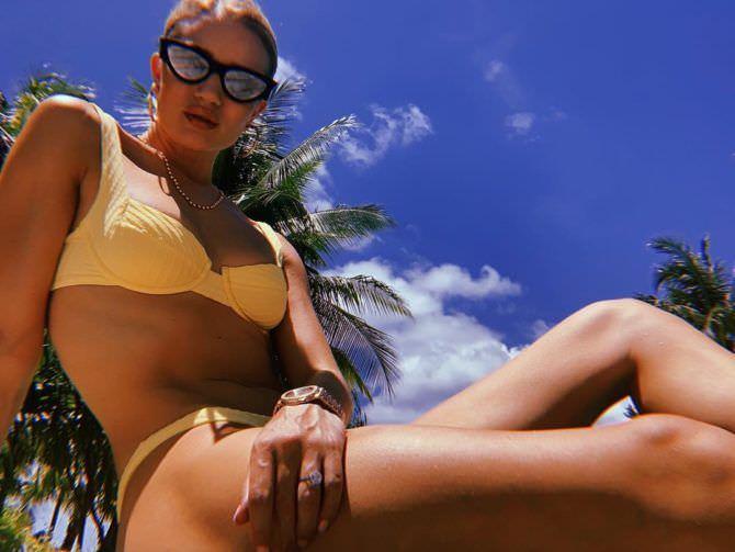 Роузи Хантингтон-Уайтли фотография на пляже