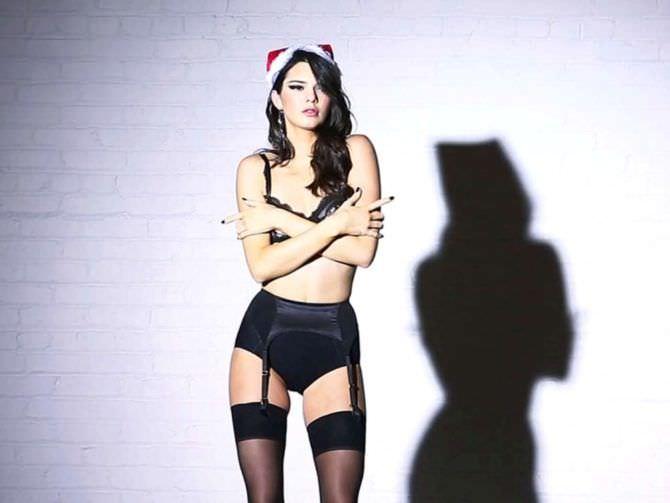 Кендалл Дженнер фото в новогоднем белье