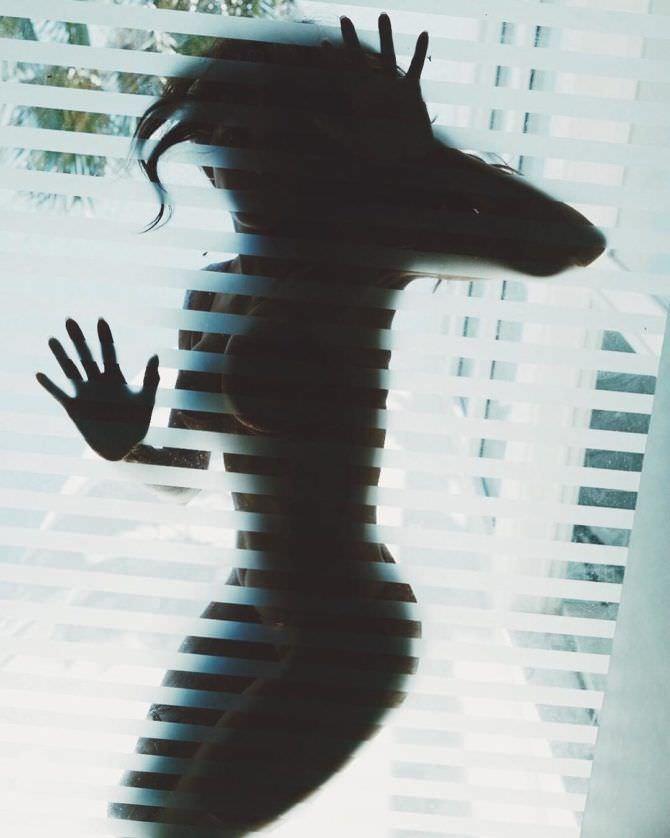 Холли Берри фото сквозь стекло