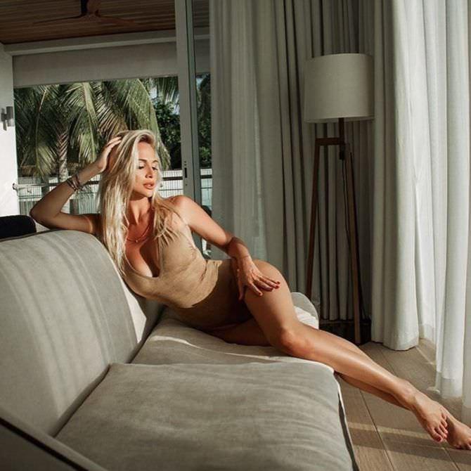 Виктория Лопырева фото на диване