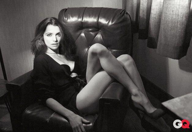 Рэйчел Вайс фото в кресле