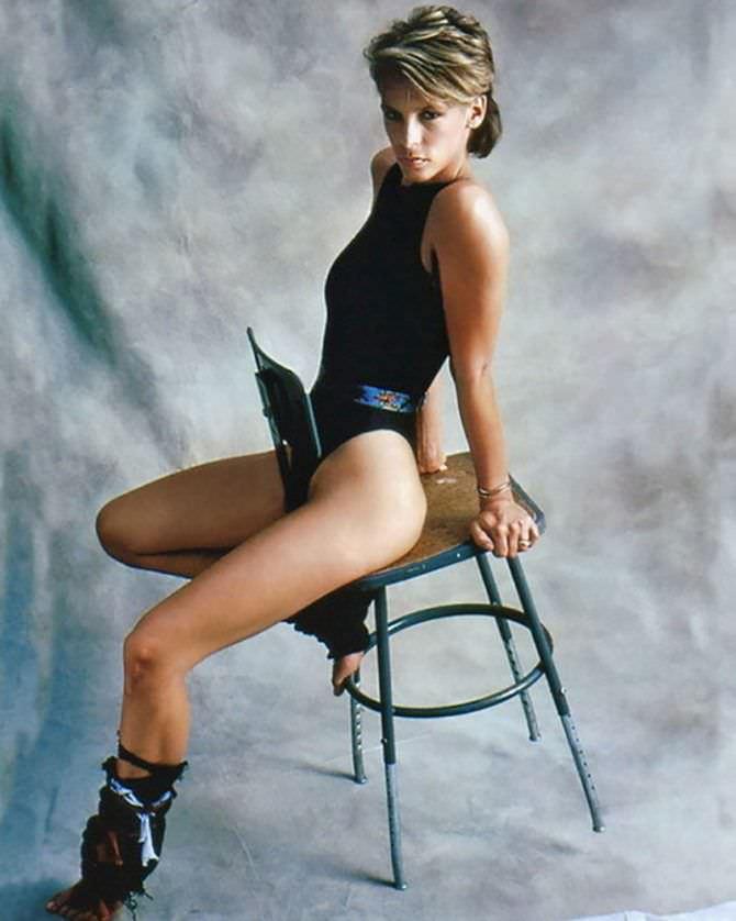 Джейми Ли Кёртис фото на стуле