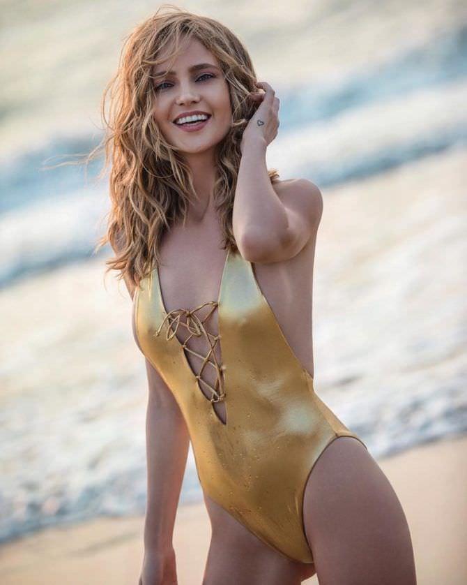 Наталья Ионова фото в золотом купальнике