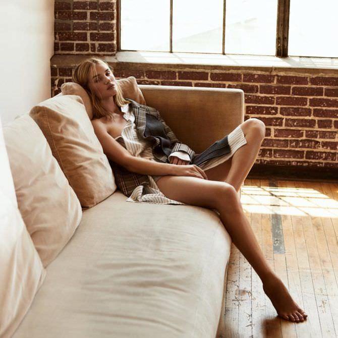 Роузи Хантингтон-Уайтли фото на диване