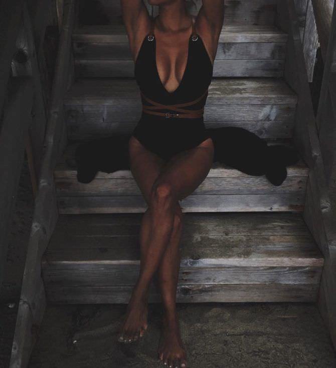 Холли Берри фотография на лестнице