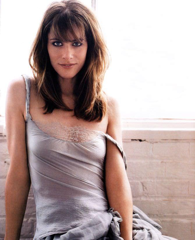 Аманда Пит фото в сером платье