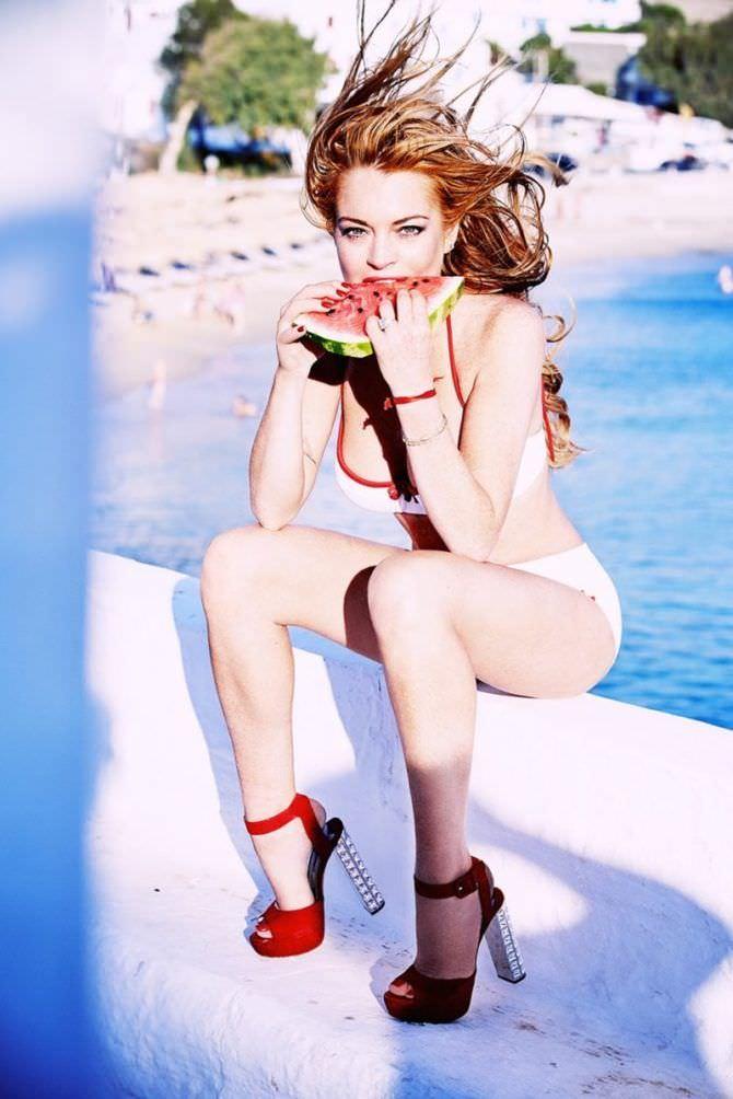 Линдси Лохан фотография с арбузом