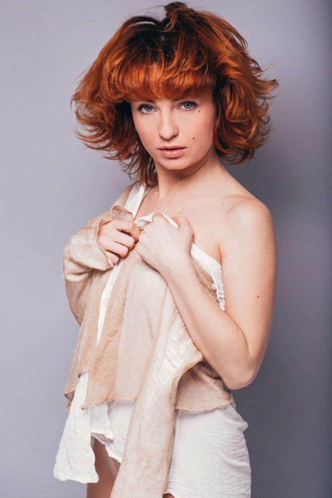 Виктория Булитко фотография в светлом костюме
