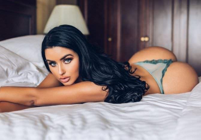 Абигейл Рэчфорд фотография на кровати