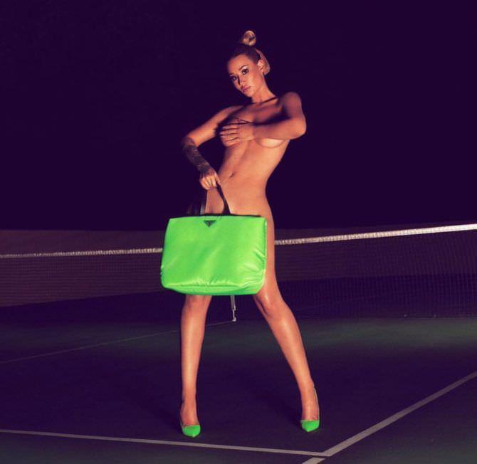 Игги Азалия фото с зелёной сумкой